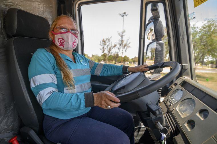 AUDIO: Se suman mujeres al manejo de camiones de barrido mecánico