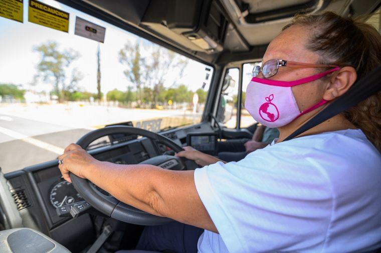 FOTO: Una de las mujeres que recibió la licencia de conducir.