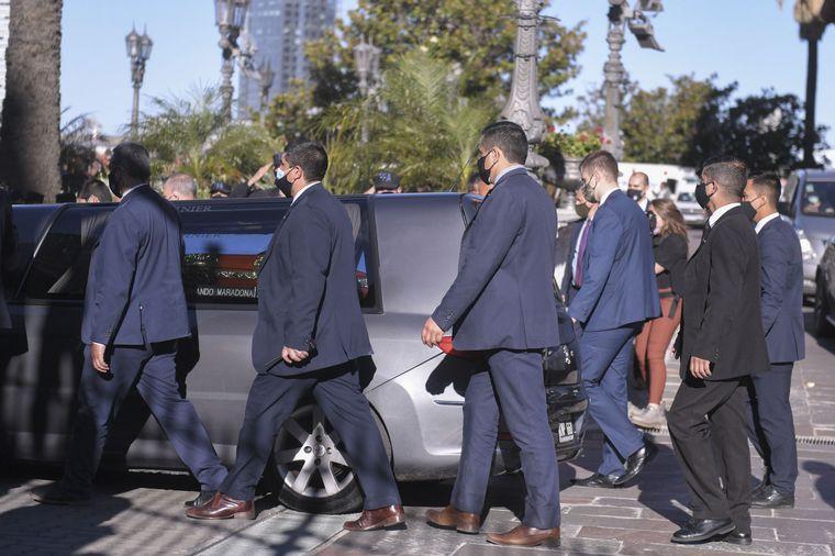 FOTO: Los hinchas despiden el féretro de Diego en el comienzo del cortejo fúnebre.