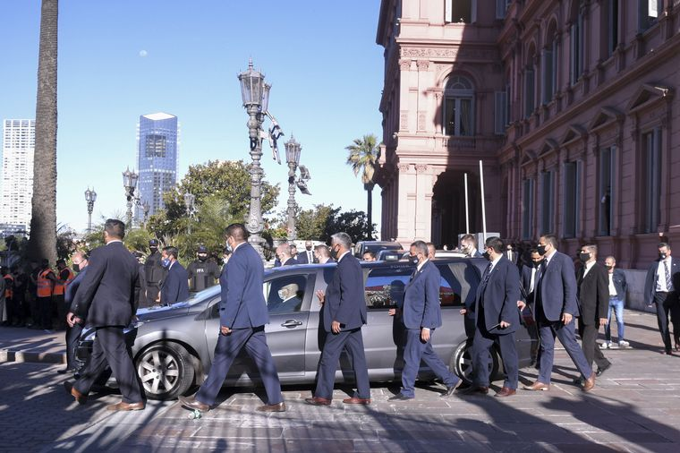 AUDIO: Emotivo relato de Orlando Morales con traslado del cuerpo de Maradona al cementerio