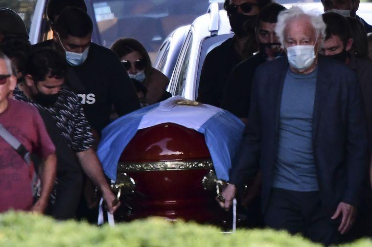 FOTO: El ex mánager de Maradona, Guillermo Cóppola, fue uno de los que llevó el féretro.