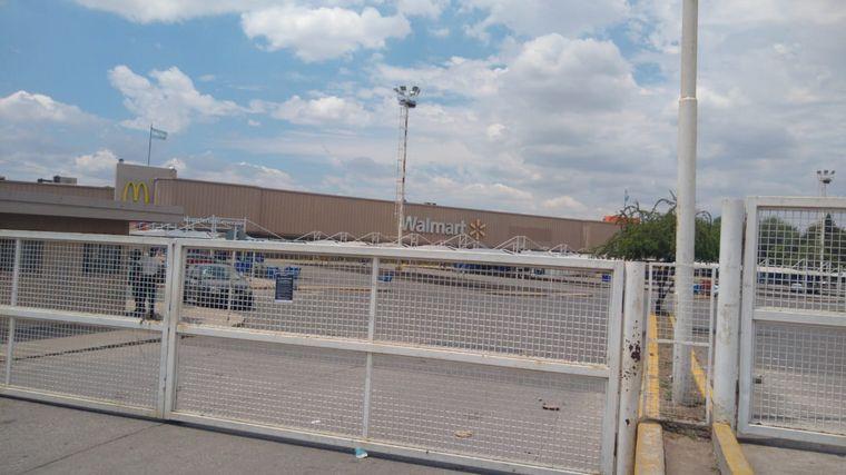 FOTO: Volvió a abrir el Walmart de Av. Colón por caso de Covid-19