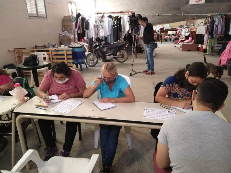 AUDIO: Córdoba: voluntarios enseñan a adultos mayores a escribir