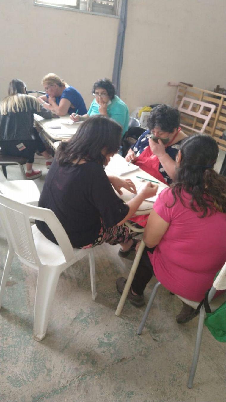 FOTO: Aprenden a escribir con la ayuda de los voluntario de la fundación Las Omas