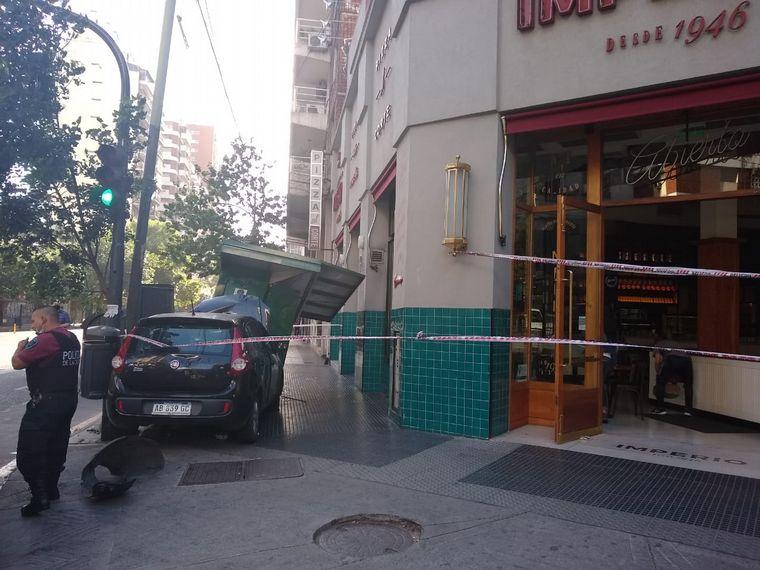 AUDIO: Un auto derribó un puesto de diarios en avenida Corrientes