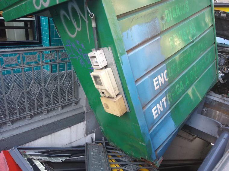 FOTO: Un auto derribó un puesto de diarios en avenida Corrientes