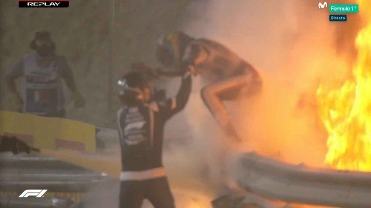 FOTO: El auto de Romain Grosjean quedó partido al medio.