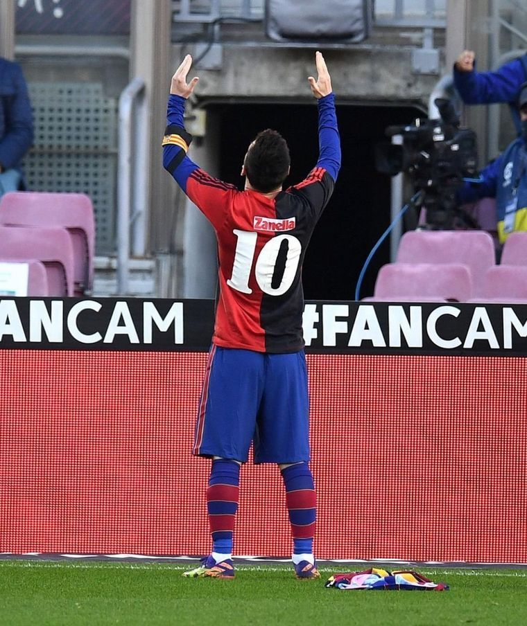 FOTO: El emotivo homenaje de Messi a Maradona en el Barcelona