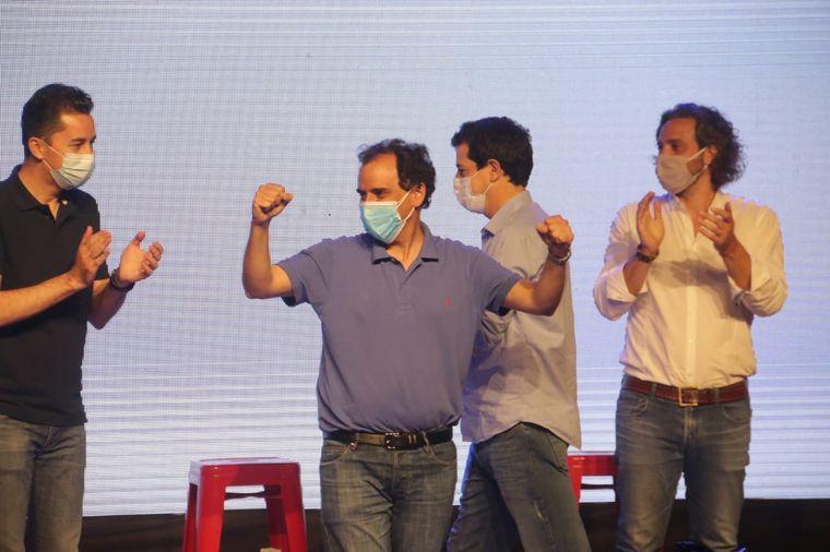 FOTO: Llamosas festeja rodeado por Calvo (Gobierno provincial) y Cafiero (Nación).