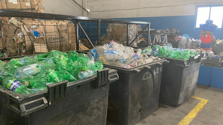 FOTO: Arman arbolito con materiales reciclados por los cordobeses