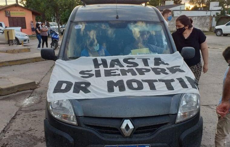 FOTO: Los habitantes de Chazón despidieron al médico del pueblo.
