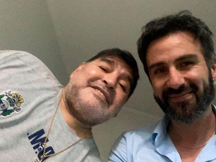 FOTO: Diego, junto a su médico Leopoldo Luque, quien estuvo a cargo de la operación.