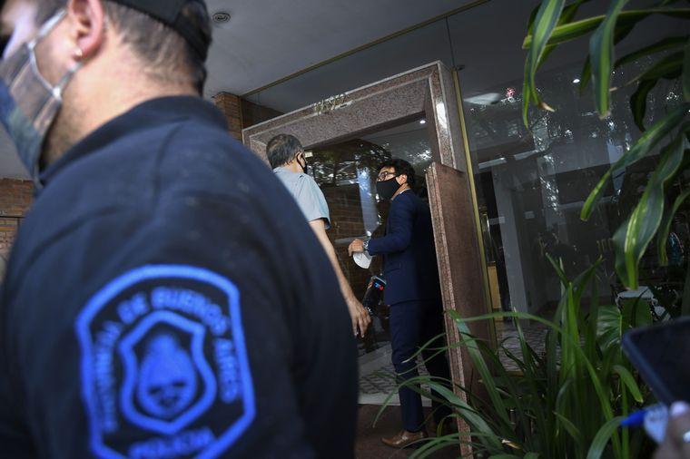 FOTO: Allanaron el consultorio y la casa de la psiquiatra de Diego Maradona.