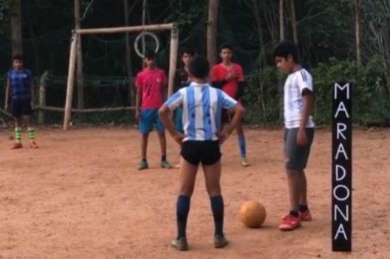 FOTO: Un niño de la India homenajeó a Maradona imitando un golazo de tiro libre.