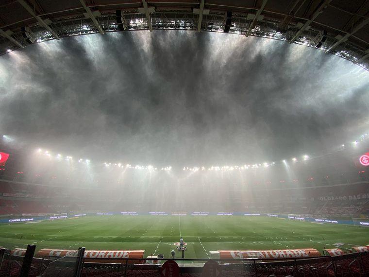 FOTO: La intensa lluvia generó complicaciones al momento del juego.