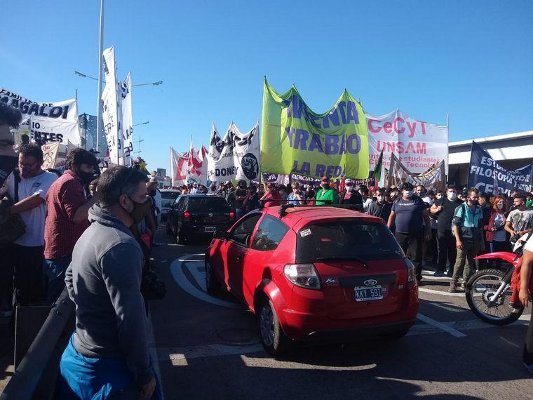 FOTO: Organizaciones sociales cortan tránsito en Puente Pueyrredón