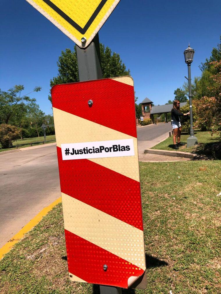 FOTO: Familiares y amigos de Blas Correas pegaron stickers cerca del complejo Ferial
