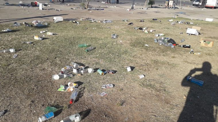 AUDIO: Costanera Norte amaneció cubierta de latas y botellas tras fiesta clandestina