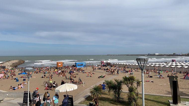 FOTO: Promotores recuerdan el protocolo para disfrutar de la playa en Mar del Plata.