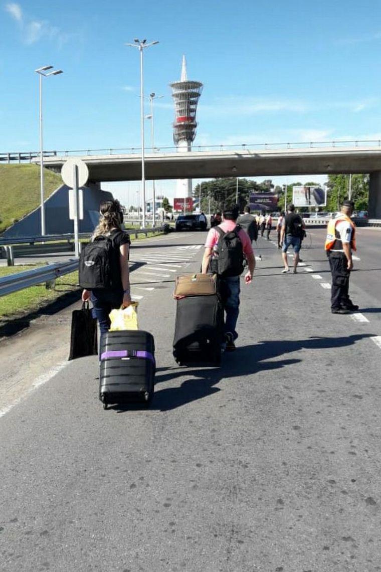 AUDIO: Trabajadores cortan el ingreso al aeropuerto de Ezeiza