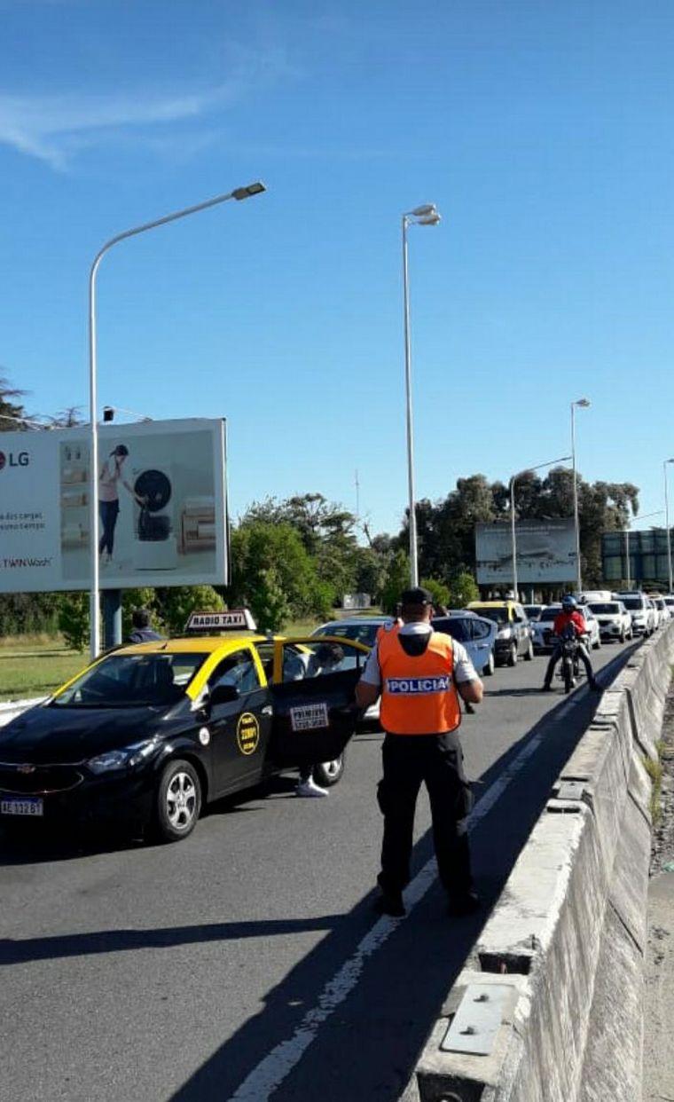 FOTO: Cortes en el ingreso al aeropuerto de Ezeiza.