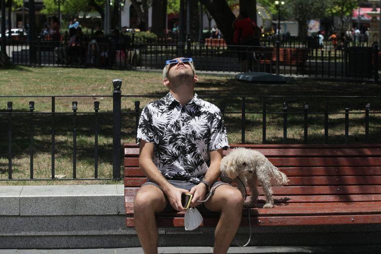 FOTO: Los cordobeses vivieron con curiosidad el eclipse del siglo.