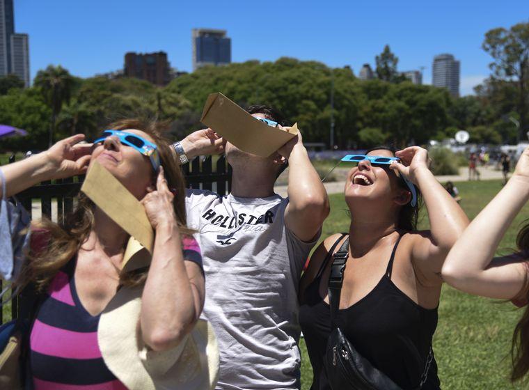 FOTO: El eclipse total de sol copó el lunes en Capital Federal.