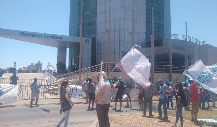 FOTO: Empleados del hotel Sheraton hicieron un abrazo simbólico.