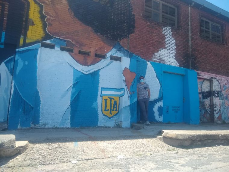 FOTO: Pintaron un enorme mural de Diego Maradona en el ex Mercado de Abasto.