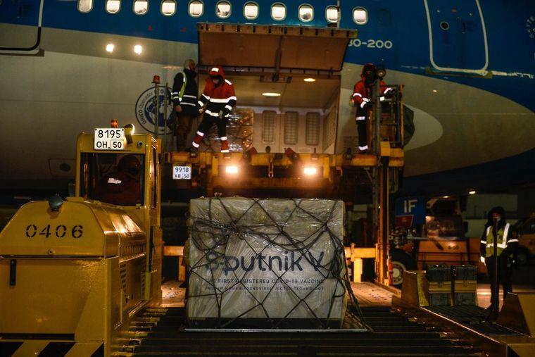 FOTO: Las dosis de Spudnik V son cargadas en el avión con destino a Argentina