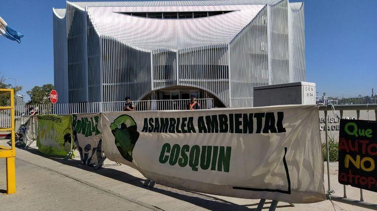 FOTO: Ambientalistas protestan en la Legislatura de Córdoba contra la traza de la ruta 38.