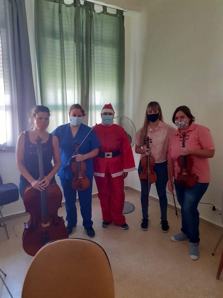 FOTO: Tocan el violín para pacientes con coronavirus