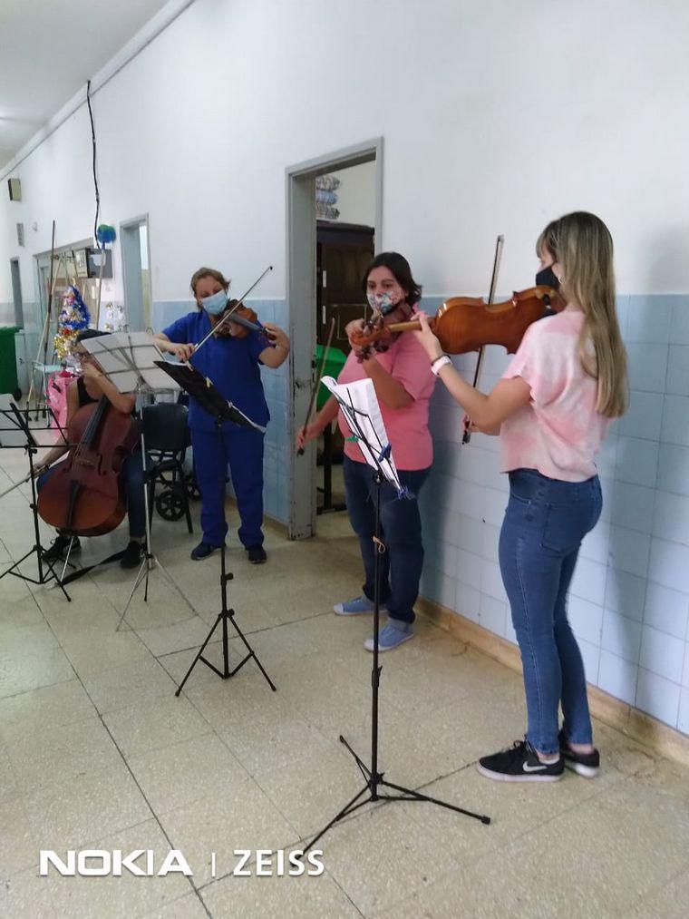VIDEO: Tocan el violín para pacientes con coronavirus