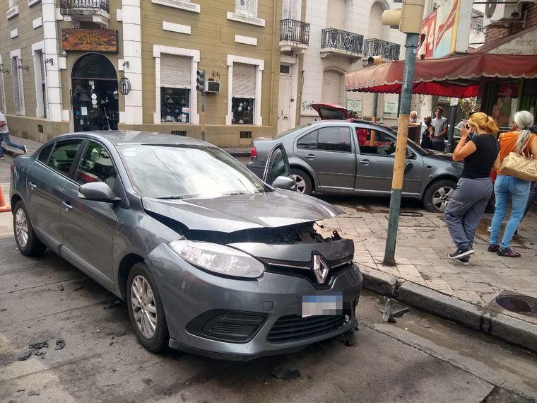 FOTO: Un auto envistió a otro que quedó incrustado en un quiosco