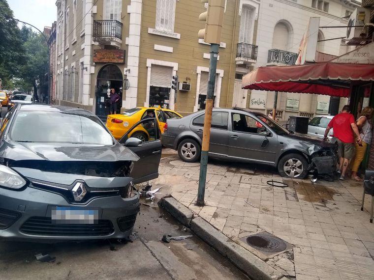 AUDIO: Un auto embistió a otro que quedó incrustado en un quiosco