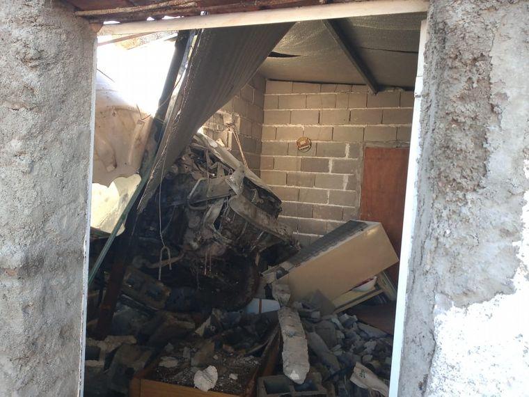 AUDIO: Un auto voló y se incrustó en una casa