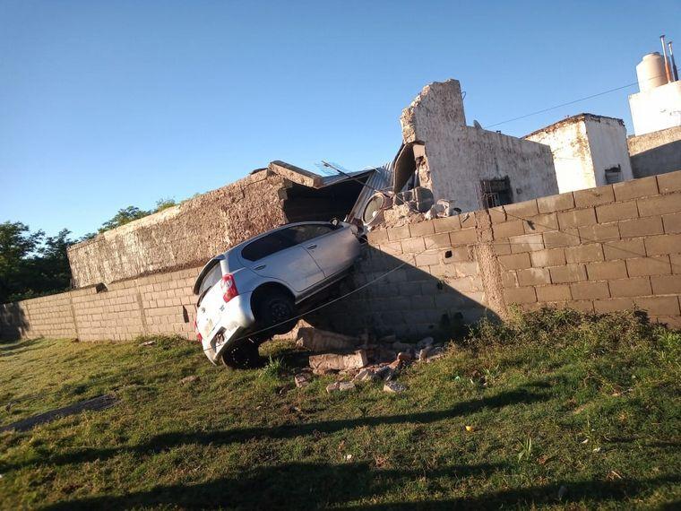 FOTO: El auto quedó incrustado en la cocina de una vivienda