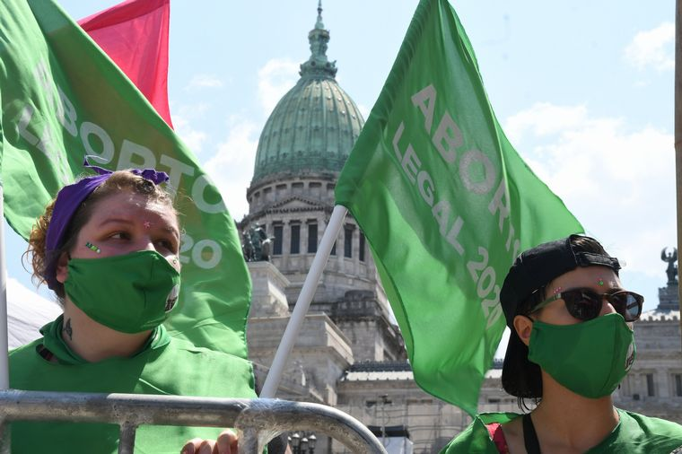"""FOTO: Vigilia """"verde"""" y """"celeste"""" por la legalización del aborto."""