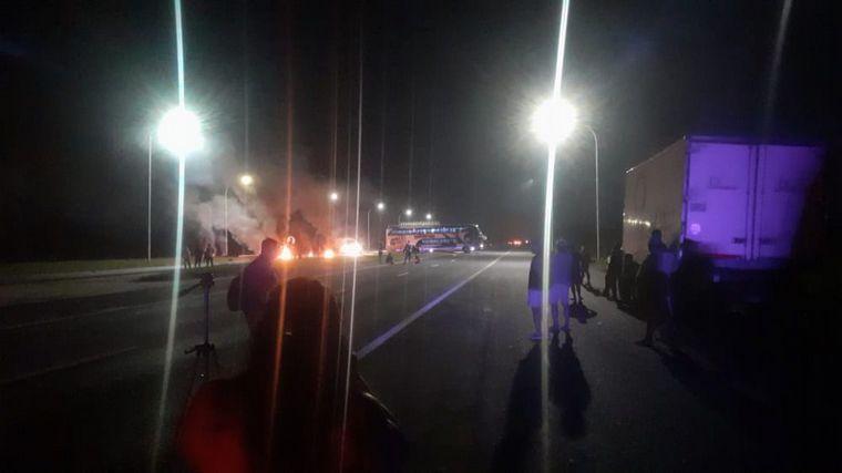 AUDIO: Pescadores cortan rutas en Santa Fe por veda a la actividad