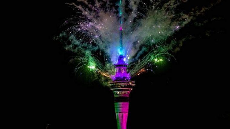 FOTO: La Sky Tower en Nueva Zelanda iluminada por los fuegos artificiales.