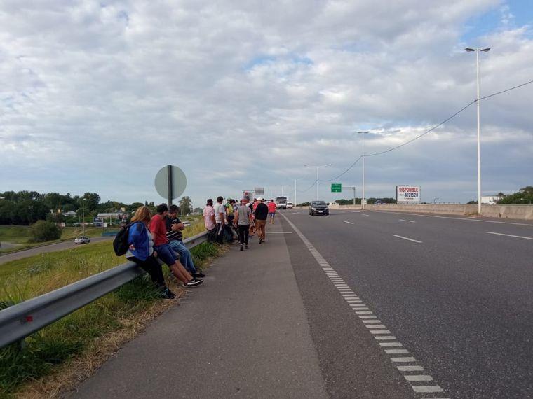 FOTO: Pescadores cortan el puente Rosario-Victoria