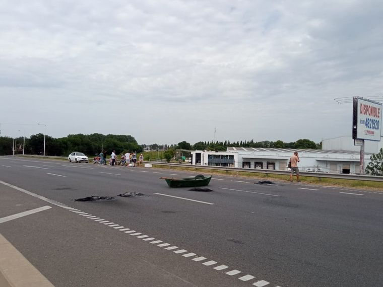 FOTO: Sigue el corte de pescadores en el puente Rosario-Victoria