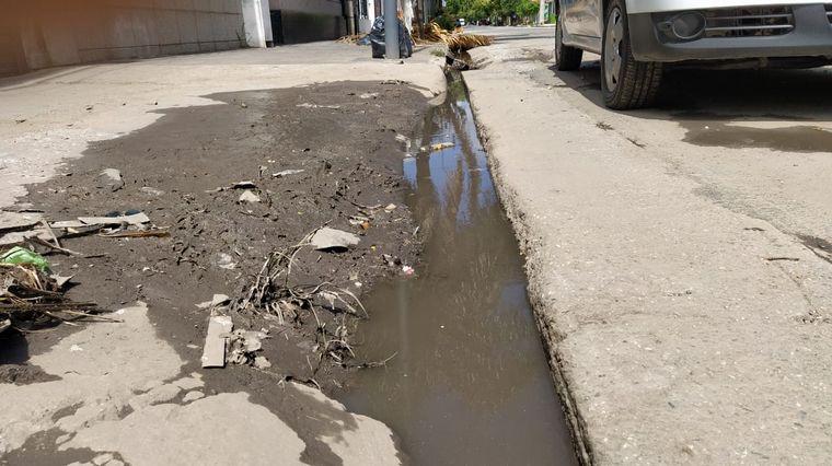 """FOTO: Vecinos reclaman una solución urgente por ser un """"foco infeccioso""""."""