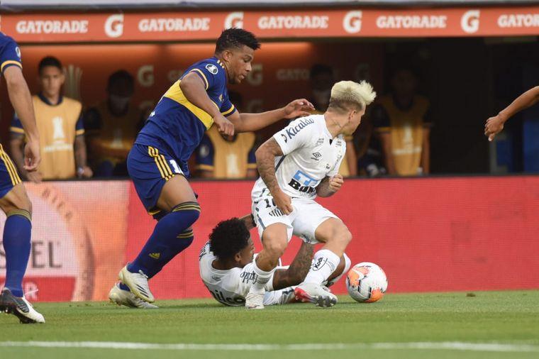 FOTO: Salvio choca con la dura defensa de Santos.