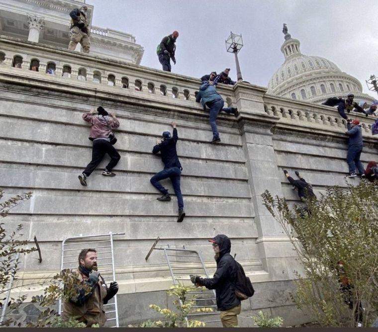 FOTO: Las imágenes de los incidentes y violencia en el Capitolio
