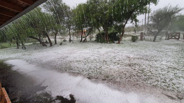 FOTO: Intensa caída de lluvia y granizo en La Paisanita, en Santa María.