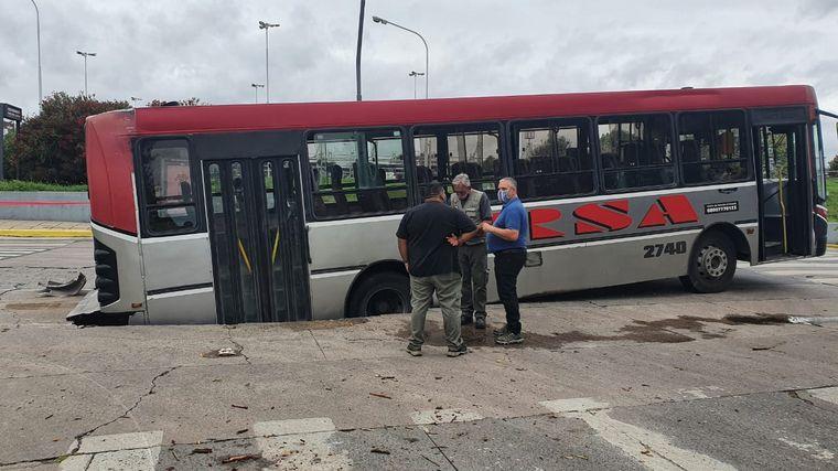 AUDIO: Un colectivo Ersa se hundió en la calle en Villa Cabrera