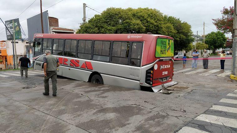 FOTO: Un colectivo se hundió en la calle en Altos de Villa Cabrera