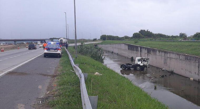 FOTO: Murió un camionero al despistar en la Circunvalación de Córdoba.