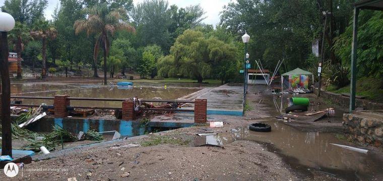 FOTO: Puente Morecabó, los troncos quedaron arriba del puente.